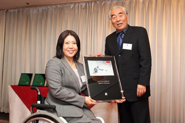 当協会会長水谷章人より大日方邦子氏に記念の写真盾を贈呈