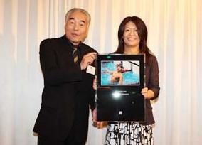 当協会会長水谷章人より記念の写真を贈呈